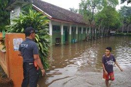 Banjir rendam halaman sekolah di Kabupaten Kediri