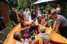 SAR gabungan Bojonegoro evakuasi korban banjir (Video)