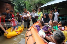 Kapolres Bojonegoro Evakuasi Korban Banjir
