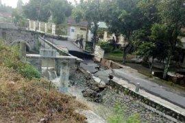 Hujan deras picu tembok penahan tanah di Kedungmalang-Kabupaten Kediri ambrol