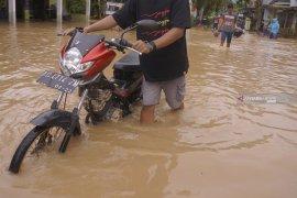 Banjir bandang landa 10 kecamatan di Trenggalek (Video)
