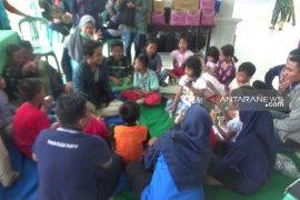 Petugas perpustakaan hibur anak-anak pengungsi banjir di Madiun