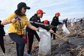 PKK Denpasar ajak komunitas lingkungan bersih-bersih Pantai Biaung