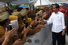 "Jokowi dan Ibu Iriana Senam Bersama ""Srikandi"""