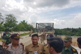 Perbaikan jalan jembatan Cipamingkis Bekasi mulai dikerjakan