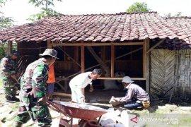 TNI bantu perbaiki 502 rumah tidak layak huni di Pamekasan