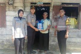 Polsek Puding Besar salurkan bantuan 35 paket sembako
