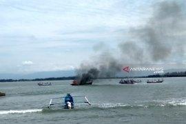Nelayan Bengkulu bakar dua kapal trawl di tengah laut