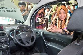 Puluhan siswa SMP Surabaya dikenalkan mobil hidrogen buatan Inggris