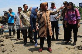Wali Kota Risma tinjau jembatan gantung bambu dan rumah pompa di Wonorejo Surabaya