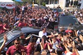 Jokowi serahkan 2.000 KIP di SMKN 1 Balige dan janjikan revitalisasi sekolah