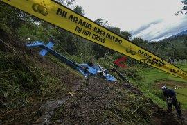 Bangkai helikopter jatuh di Tasikmalaya belum bisa dievakuasi