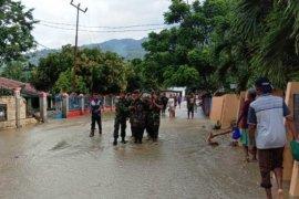 Prajurit TNI amankan peti berisi uang terbawa banjir di Sentani
