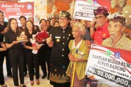 Bupati Badung serahkan bantuan bedah rumah di Tabanan