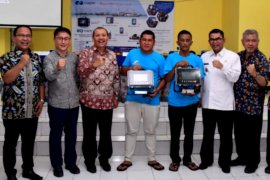 Sekda Jabar serahkan alat navigasi tangkap ikan kepada nelayan Sukabumi