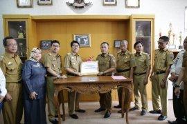 Pemprov Lampung serahkan bantuan korban tsunami di Lampung Selatan