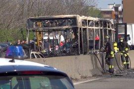 Bus penuh anak-anak dibakar sopir yang marah di Italia