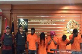 Imigrasi Ngurah Rai jaring lima WNA melanggar izin tinggal