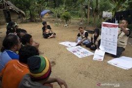 Relawan Demokrasi Sosialisasi Pemilu Kepada Suku Terasing Polahi
