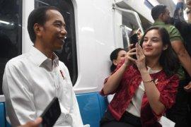 Jokowi dan Chelsea Islan Bikin Video Blog di MRT
