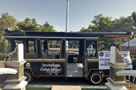 Bus wisata antar pengunjung keliling objek wisata Purwakarta