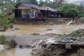 Tiga rumah hanyut terbawa arus banjir di Manokwari