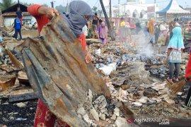 50 ton sampah bekas kebakaran di Sinabang di bersihkan