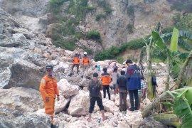 Tim SAR cari korban tertimbun longsor Gunung Kapur Jember (Video)