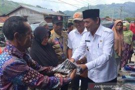 Wabup Aceh Tengah serahkan bantuan musibah angin kencang