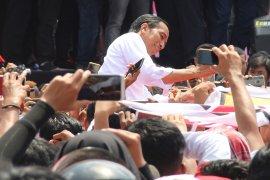 Sambut di Bandara, Jokowi Layani Warga Swafoto