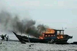 Kesal tidak ada tindakan, nelayan Sergai bakar kapal trawl