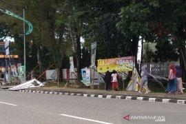 Angin kencang robohkan sejumlah poster caleg di Jambi