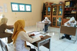 Dua siswa SMALB Muntok ikuti ujian nasional manual
