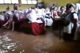 Banjir bandang terjang dua sekolah di Ujung Berung Bandung