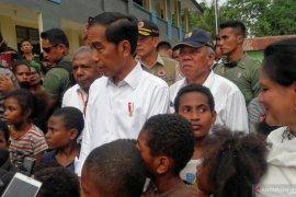 Ketika Jokowi ditarik anak-anak di sekolah rusak Desa Kemiri Papua