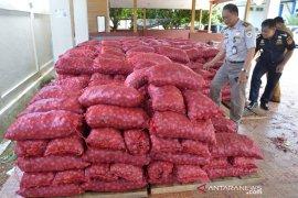 20 ton bawang merah hasil penindakan dihibahkan Bea Cukai Aceh