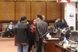"Aksi ""walk out"" warnai sidang paripurna DPRD Surabaya"