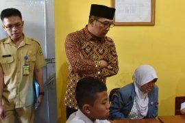 Ridwan Kamil tinjau UN di SLB Wyata Guna Bandung