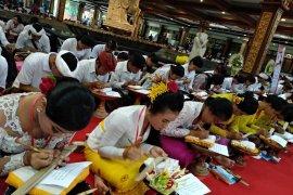 """Penyuluh Bahasa Bali di Buleleng temukan Lontar """"Sesana"""""""