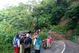 Longsor tutup jalur Bandung-Garut kawasan Talegong