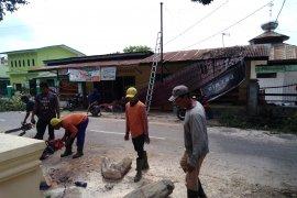 Angin kencang, pohon tumbang timpa rumah di Tebing Tinggi