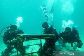 Upacara anti korupsi TNI AL di bawah laut Page 2 Small