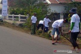 Bersih-bersih kampung bersama BUMN di Sungaibuntu Karawang