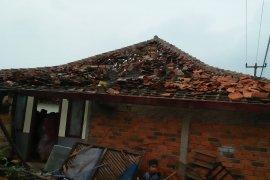 16 rumah di Purwakarta rusak diterjang puting beliung