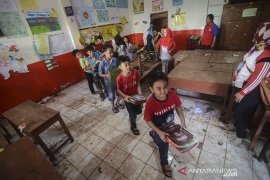 Bersih-bersih pasca banjir bandang