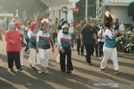 Ibu Iriana lepas peserta lomba lari Kartini Run 2019