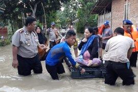 Warga terdampak banjir di Indramayu dievakuasi