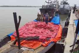 KRI Lepu-861 gagalkan kapal penyelundup bawang merah dari Malaysia