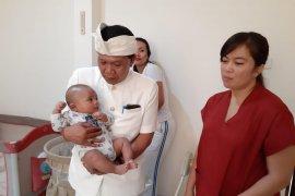 Dinsos Bali serahkan empat bayi terlantar kepada orang tua angkat