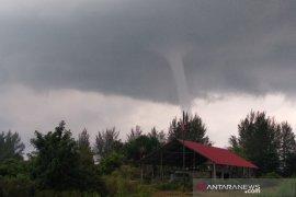 Pusaran angin puting beliung di laut, hebohkan warga Aceh Jaya